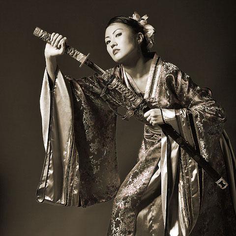 Фотография женщины с японским мечом