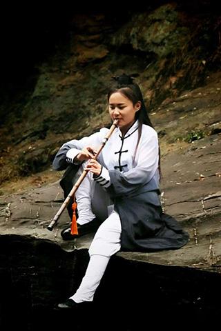 девушка играющая на флейте
