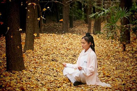медитирующая девушка, работа с энергией ци