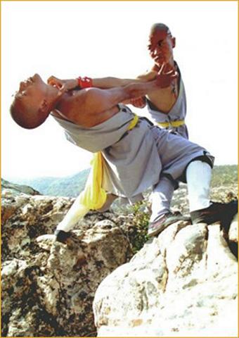 Фотография бойцов демонстрирующих удушающий захват циньна