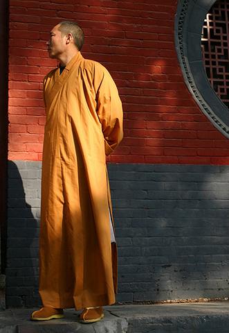 Фотография шаолиньский монах возле стены
