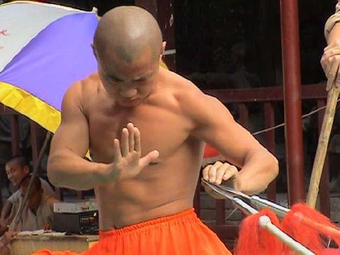Фотография монаха удерживающего два острия копий