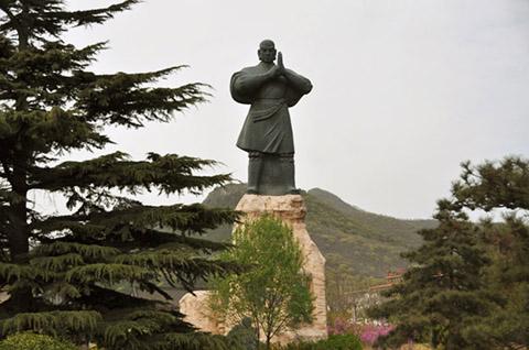 Фотография огромной статуи шаолинского монаха
