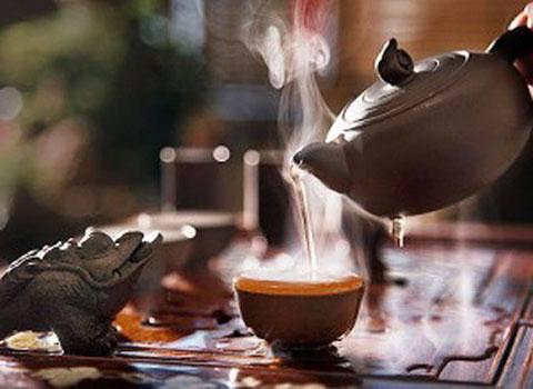 Фотография чайник наливающий чай