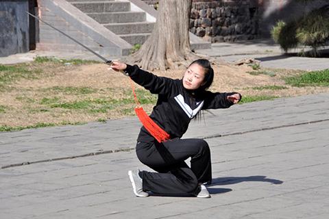 Фотография девушки с мечом