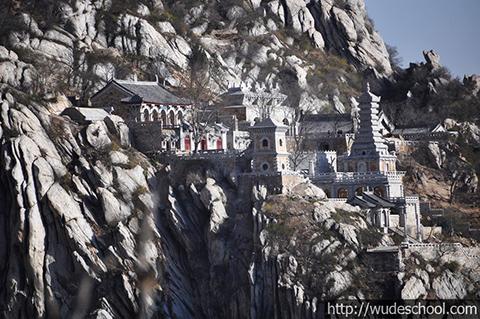 Фотография монастыря Суншань в горах
