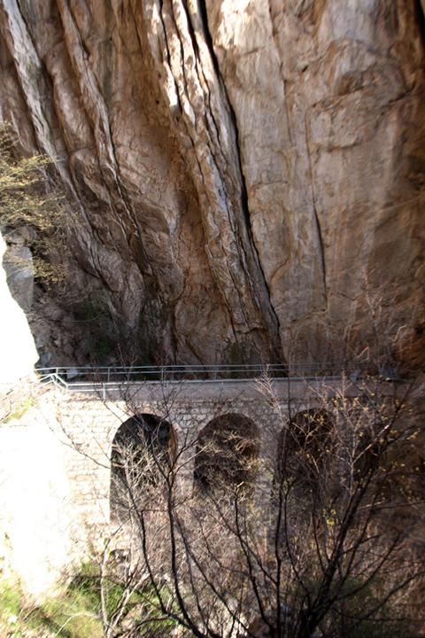 Фотография моста в горах