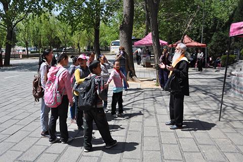 Фотография Олега Вениаминовича и китайских детей