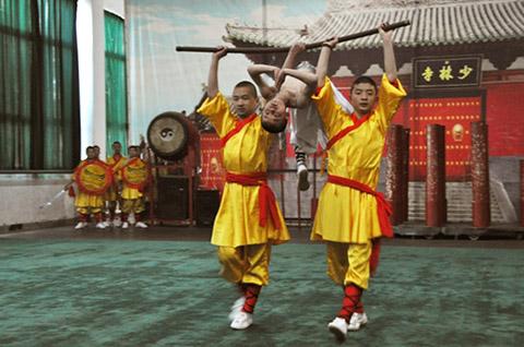 Фотография выступления детей академии боевых искусств Шаолиня