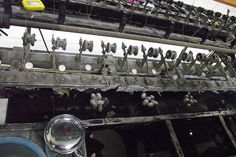 Фотография машины по добыче шелка