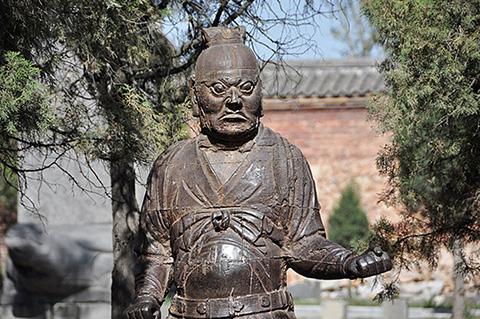 Фотография статуи даоса