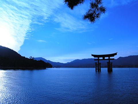 Пейзаж гор на фоне воды