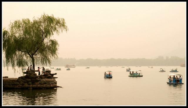 пейзаж водоема в пекинском парке Ихэюань