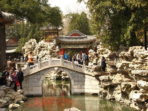 Коллекция камней в парке Бэйхай