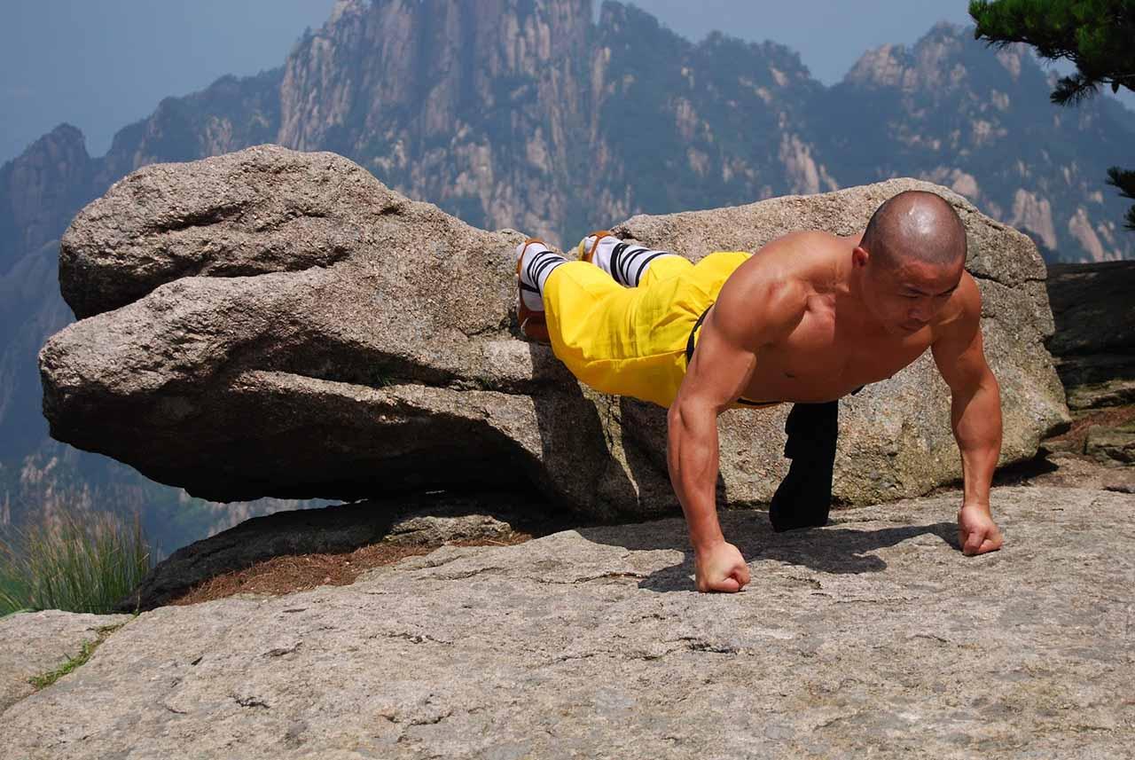 шаолиньский монах тренируется в силовом режиме