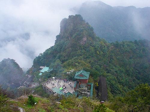 Фотография монастыря в горах Удана на фоне пейзажа