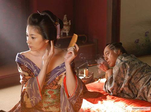 Фотография девушки с гребнем
