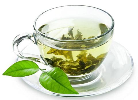 заваренный зеленый чай в чашке