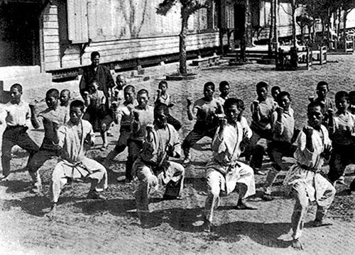 Старая фотография учеников каратэ в Окинаве