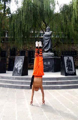 Фотография шаолиньского монаха стоящего на пальцах