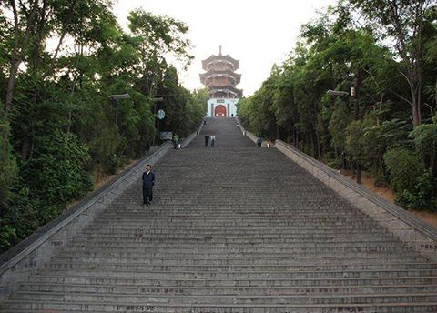 Фотография лестницы из 300 ступенек ведущей к пагоде