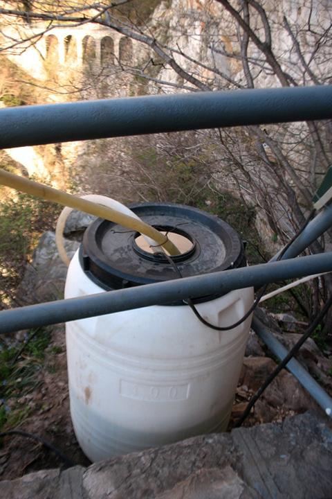 Фотография примитивного водопровода - бочка с водой