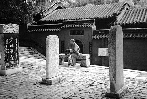Фотография монаха во дворике шаолинского монастыря