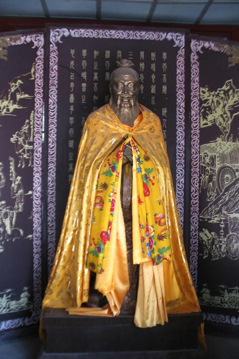 Фотография статуи Конфуция