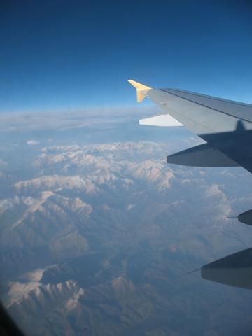 Вид на горы из иллюминатора самолета