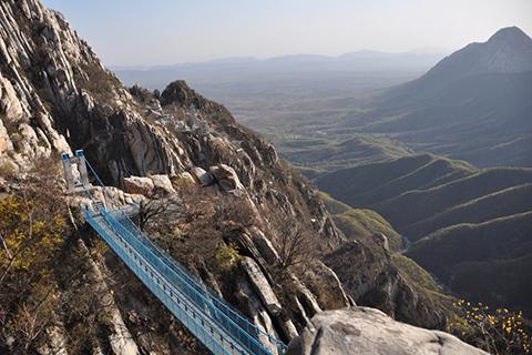 Фотография подвесного моста над ущельем