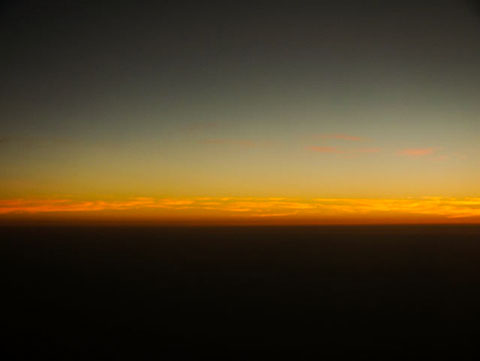 Фотография заката из иллюминатора самолета