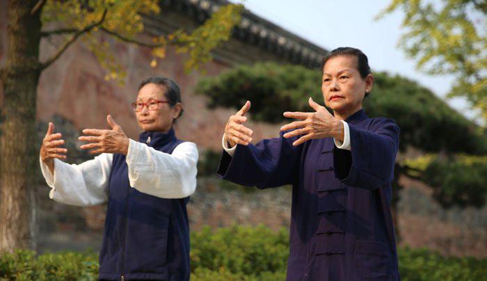 Женщины, тренирующие Цигун